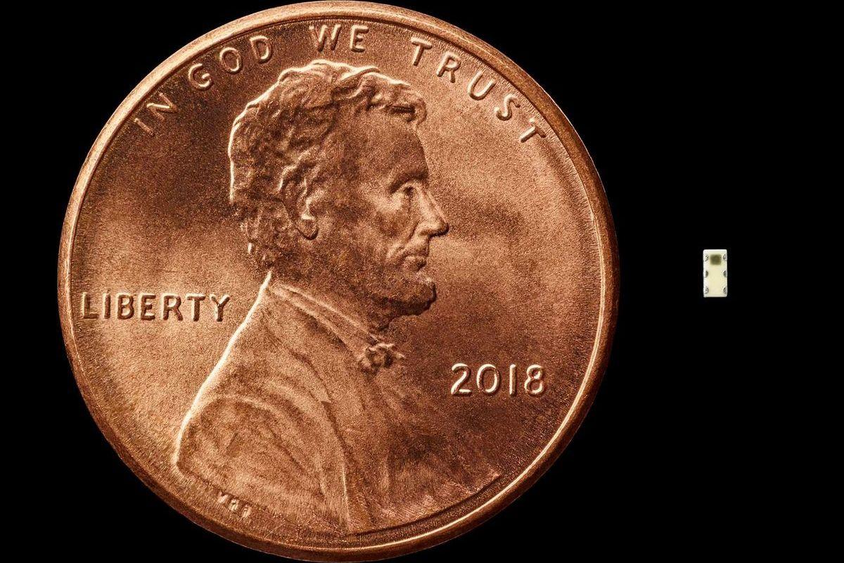 Шпионский чип в сравнении с монетой