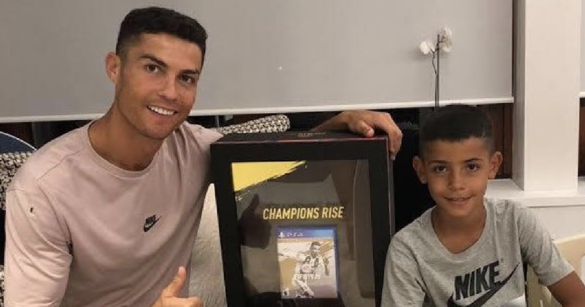 Криштиану Роналду с первой физической копией FIFA 19
