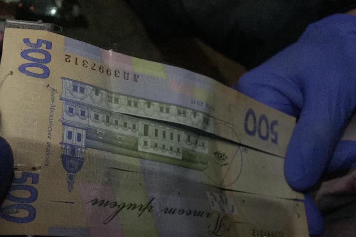 Преступники изготовили специальную купюру 500 гривен, с помощью которой пополняли свои счета в банке