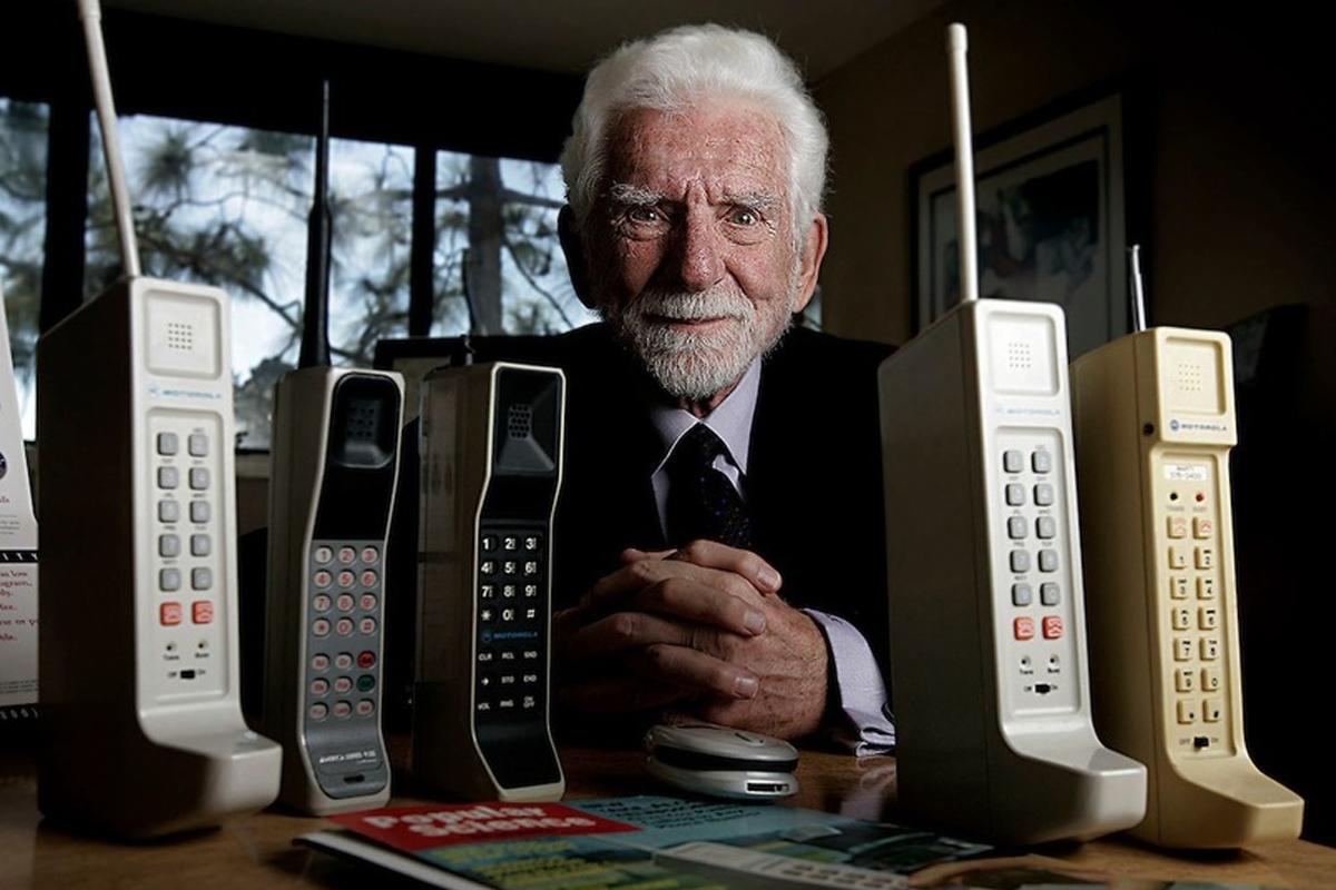 Инженер Мартин Купер совершил первый в истории звонок по мобильному