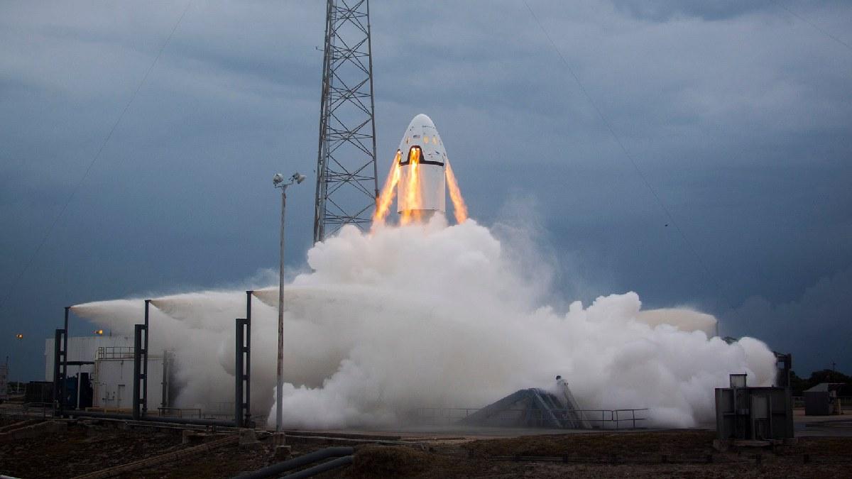 У космических туристов будет возможность полетать на новых кораблях, один из которых - Dragon V2