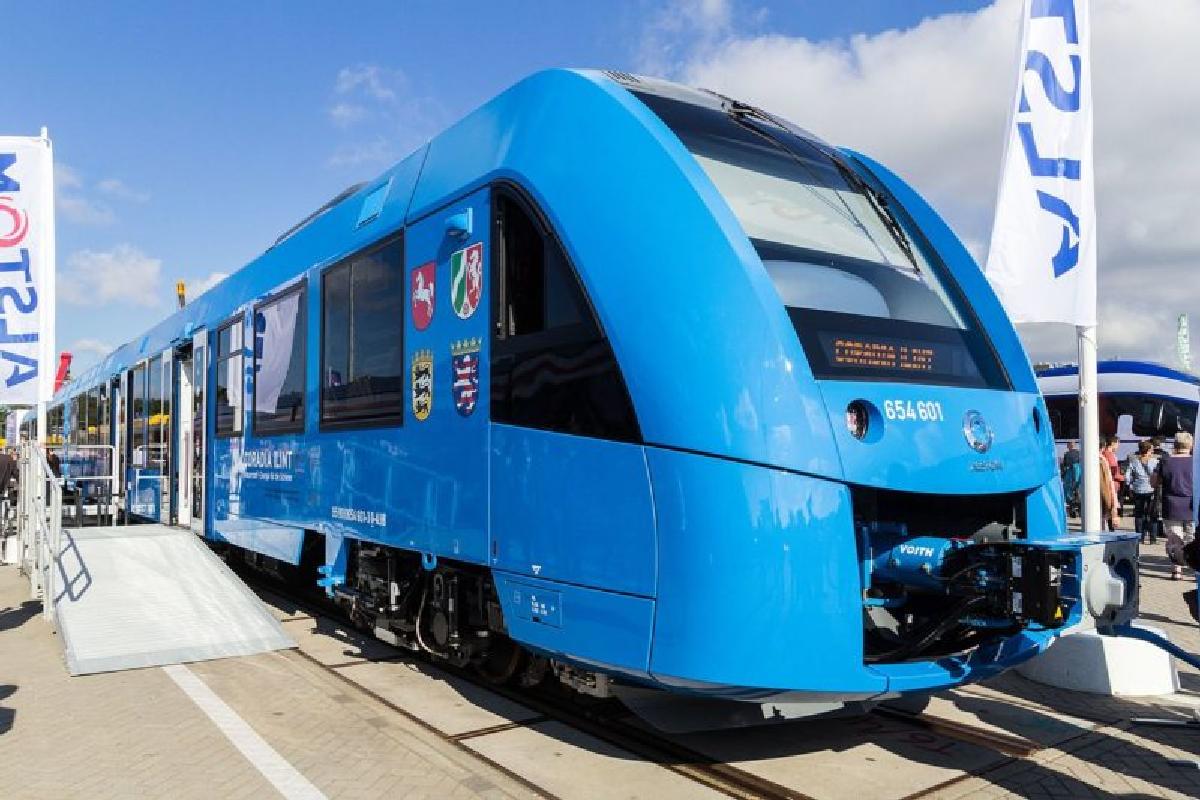 Поезд можно узнать по яркому голубому цвету
