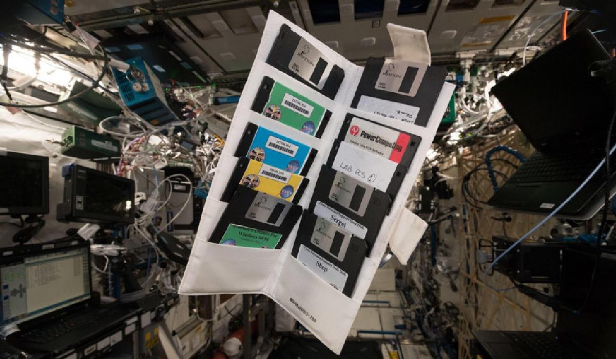 Скорее всего, эти дискеты со времен первого экипажа МКС