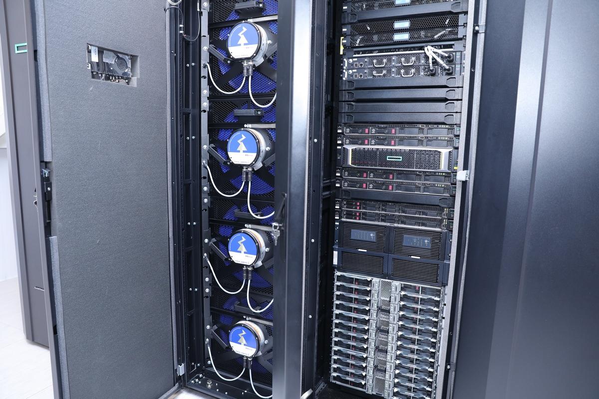 Общая емкость оперативной памяти – около 18 терабайт, а для быстрого хранения данных доступно хранилище на 200 терабайт.