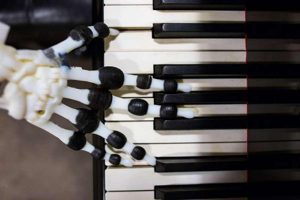 Робот умеет воспроизводить несколько коротких музыкальных мелодий в разном стиле и темпе