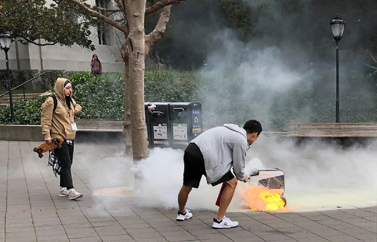 Охваченного пламенем робота потушил прохожий еще до прибытия на место пожарной команды