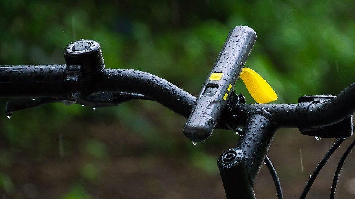 Модуль крепится на рулевую ось велосипеда или прямо на тело велосипедиста