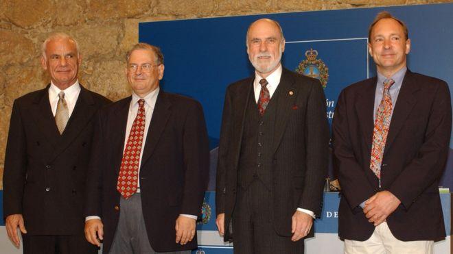 Ларри Робертс (крайний слева) с пионерами сети Бобом Каном, Винт Серф и создателем веб-сайта сэром Тимом Бернерсом-Ли
