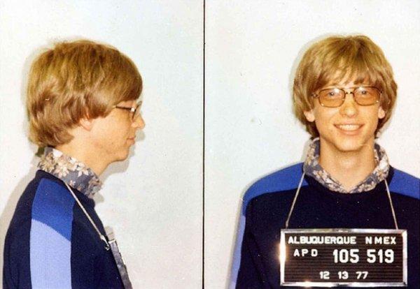 Знаменитое фото арестованного Гейтса в полицейском участке Альбукерке