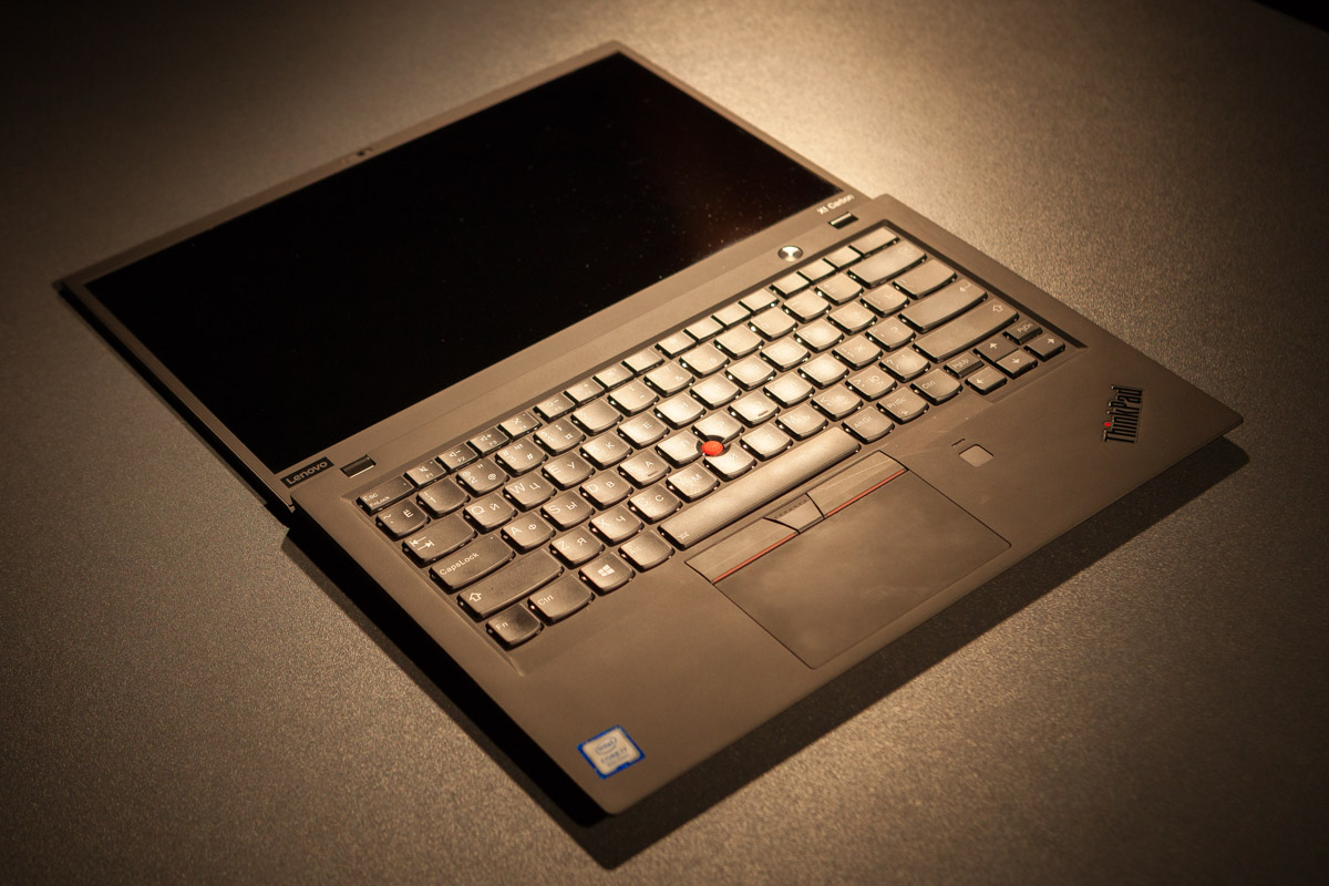 Угол открытия крышки ноутбука Lenovo X1 Carbon - 180 градусов