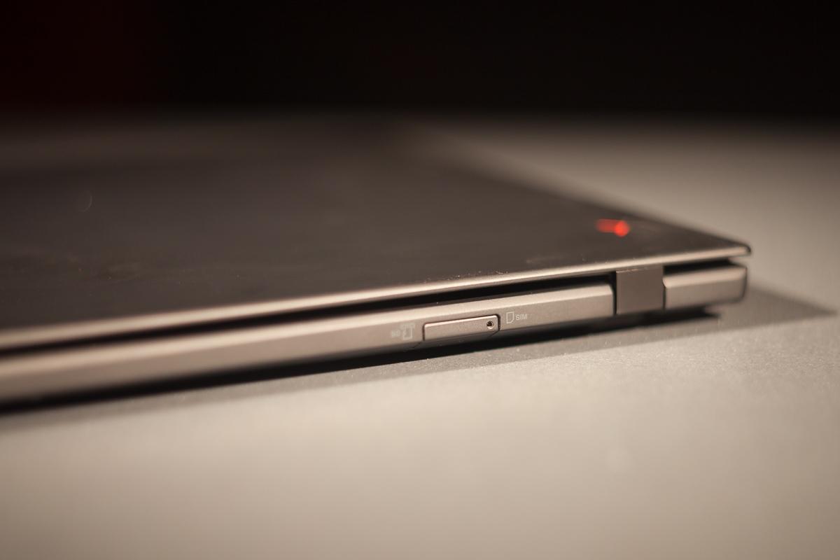 Сзади также есть слот для NanoSIM и MicroSD