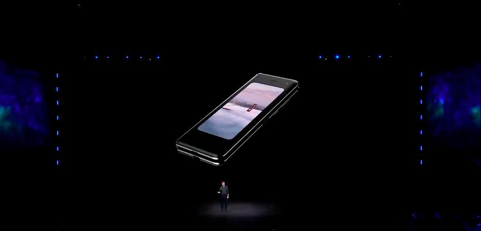 Вид Samsung Galaxy Fold в сложенном варианте