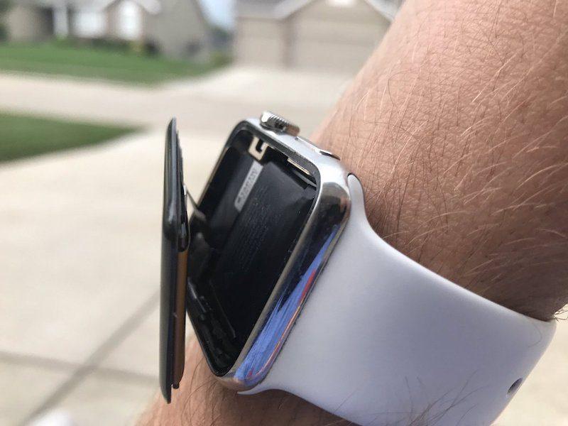Apple Watch с отключенным дисплеем и раздувшейся батареей