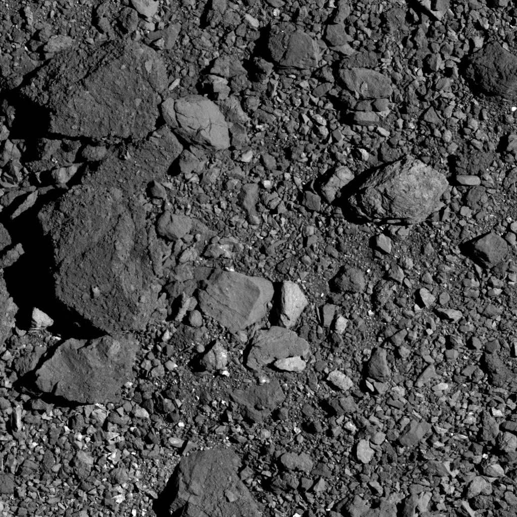 Поверхность астероида, восновном, покрыта валунами различных размеров иформ
