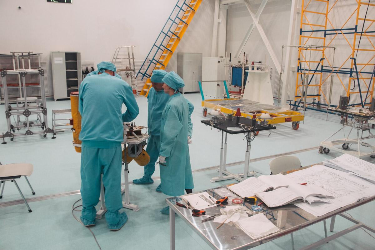 Сборка спутника дистанционного зондирования Земли СИЧ-2-1