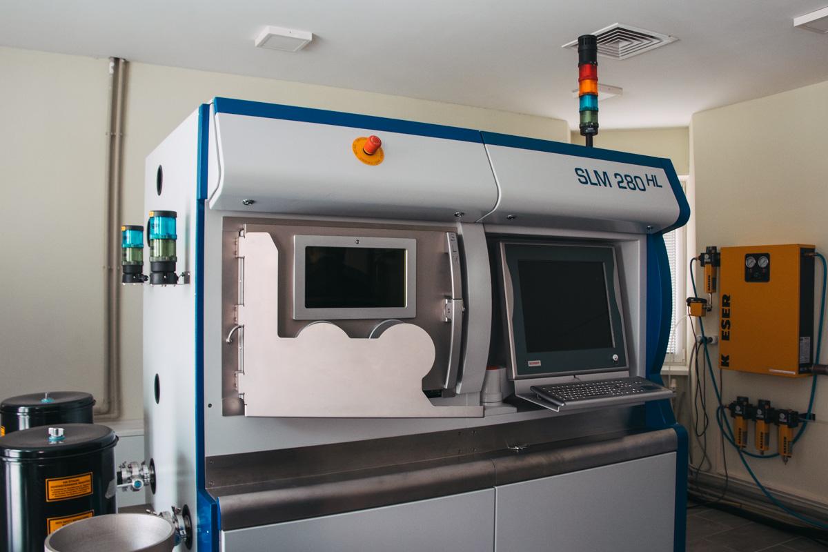 3D-принтер печатает из металлической крошки
