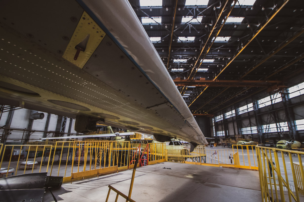 На заводе все оборудовано для тренировки пилотов как молодых, так и опытных