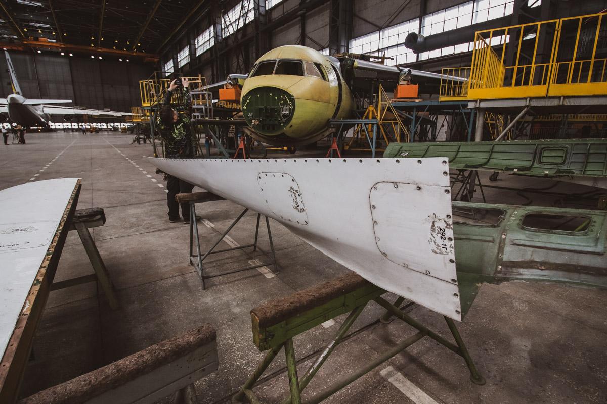 На заводе есть цех, где испытывают части самолета
