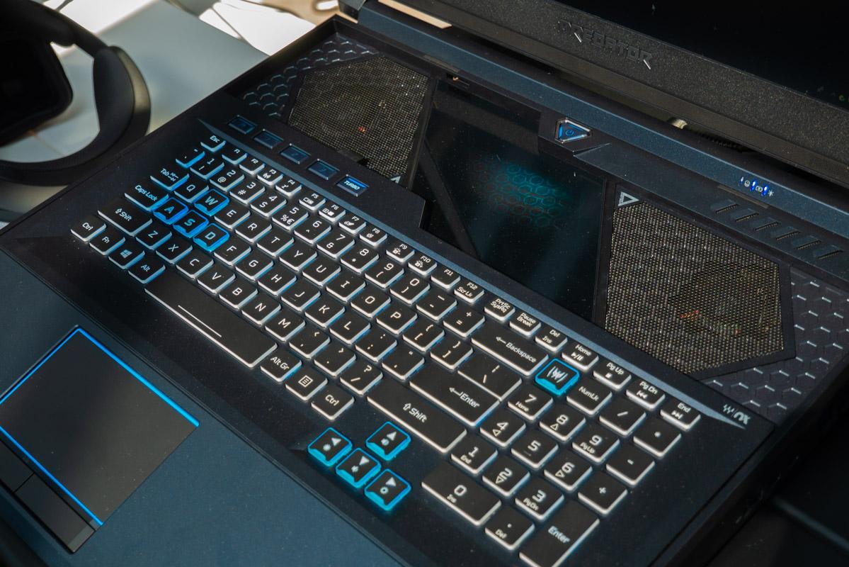 Если клавиатуру выдвинуть вперед, между ней и экраном появятся два воздухозаборника