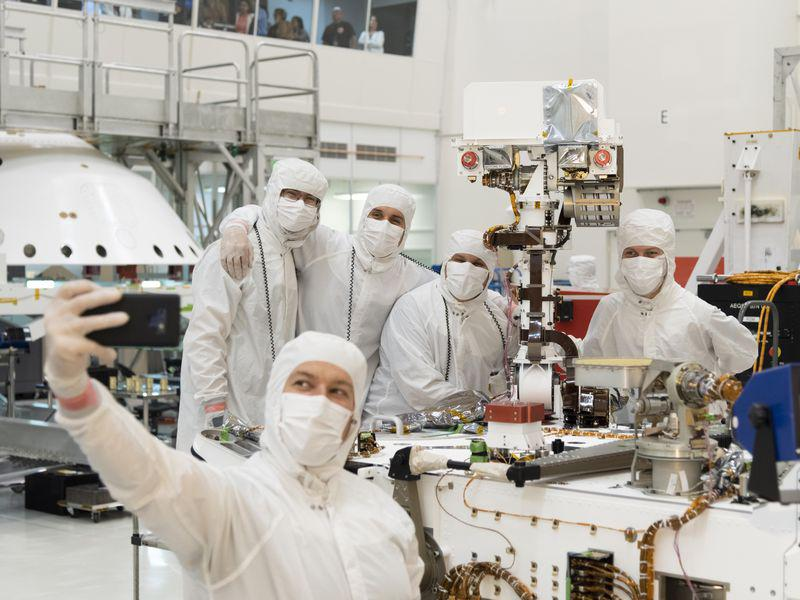 Селфи сотрудников NASA по сбору марсохода