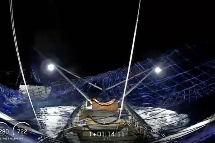 SpaceX впервые поймала носовой обтекатель ракеты с помощью гигантской сети
