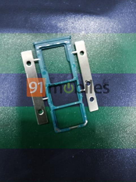 Также будет раздельный слот для двух SIM и карты памяти microSD