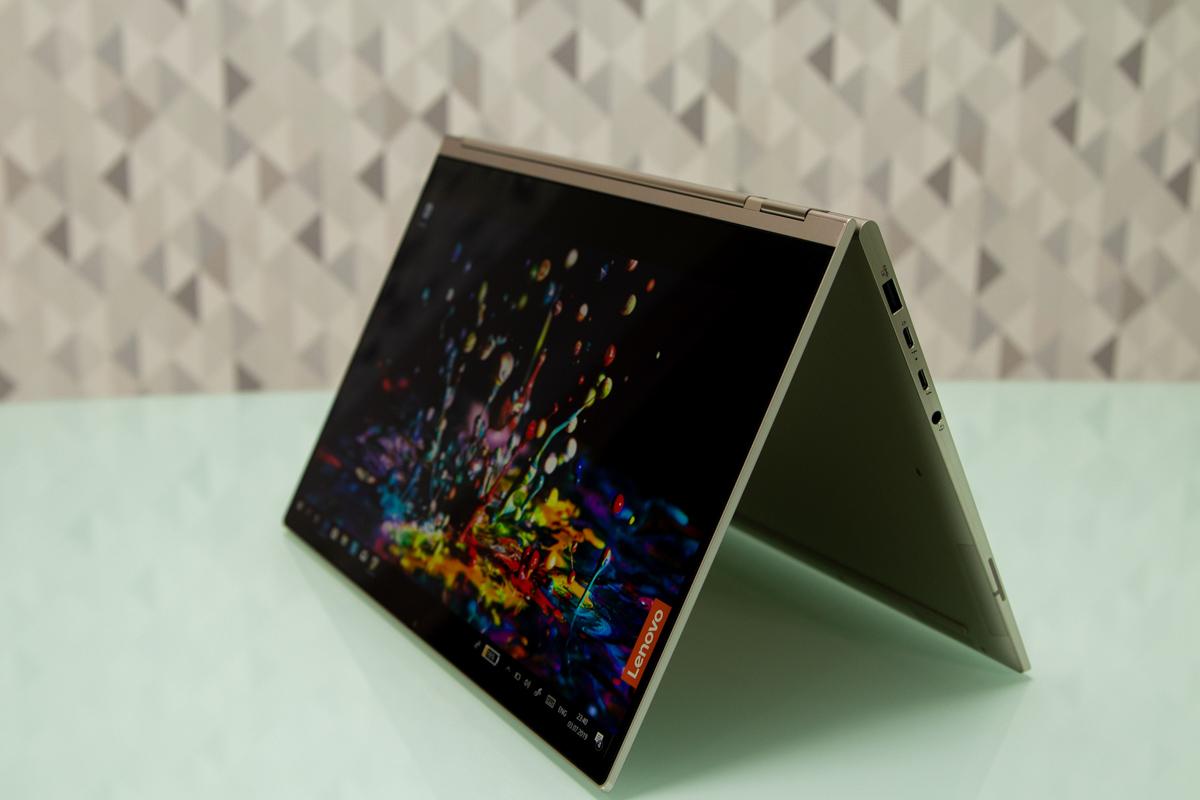 Екран ноутбука рухається на 360°