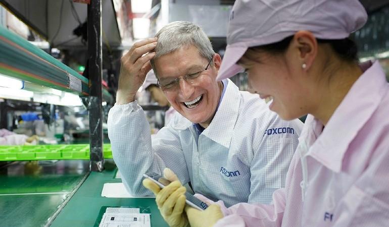 Босс Apple Тим Кук на заводе Foxconn