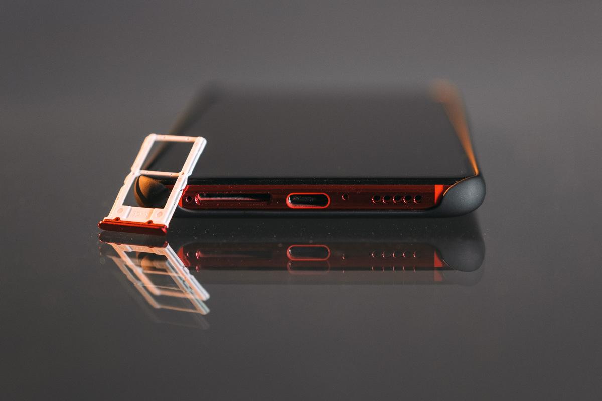 Порт USB-C и слот для SIM-карт