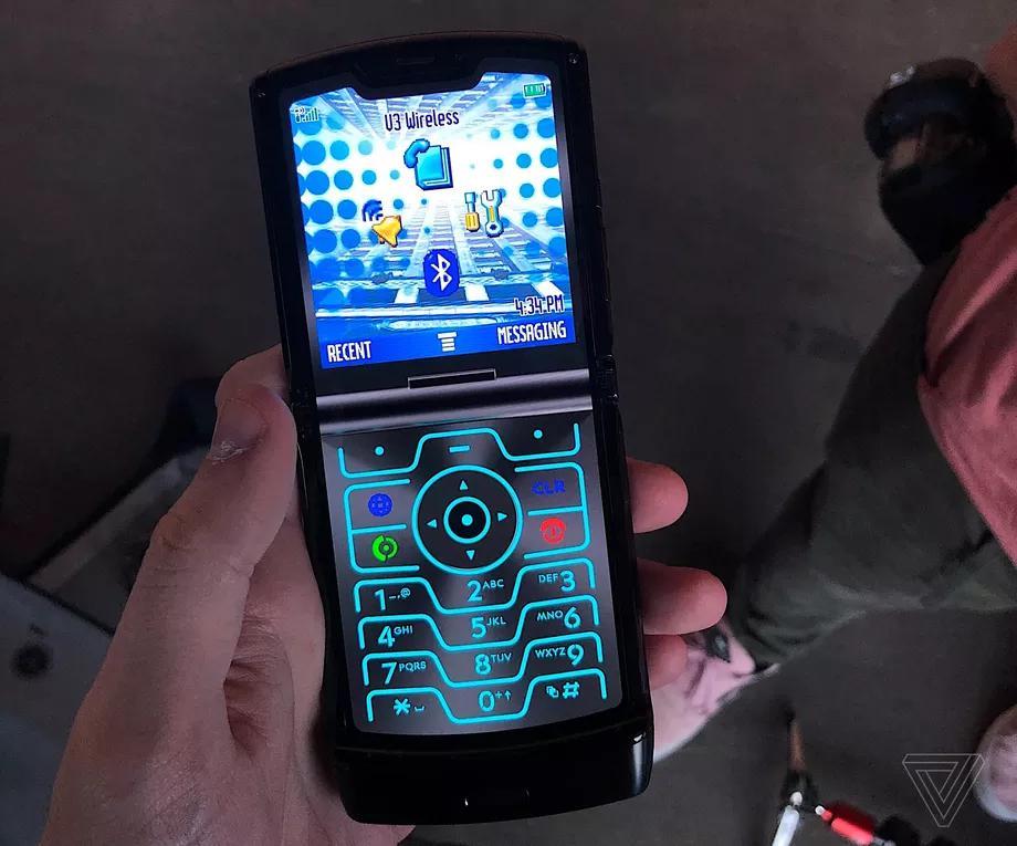 Mоtorola добавила секретный режим «Ретро Razr», который превращает современный смартфон за 1 499 долларов в изящное изображение своего предшественника 2004 года