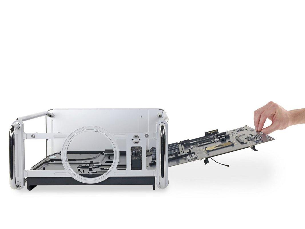 Однако корпус Mac Pro связан с «внутренностями» несколькими контактами
