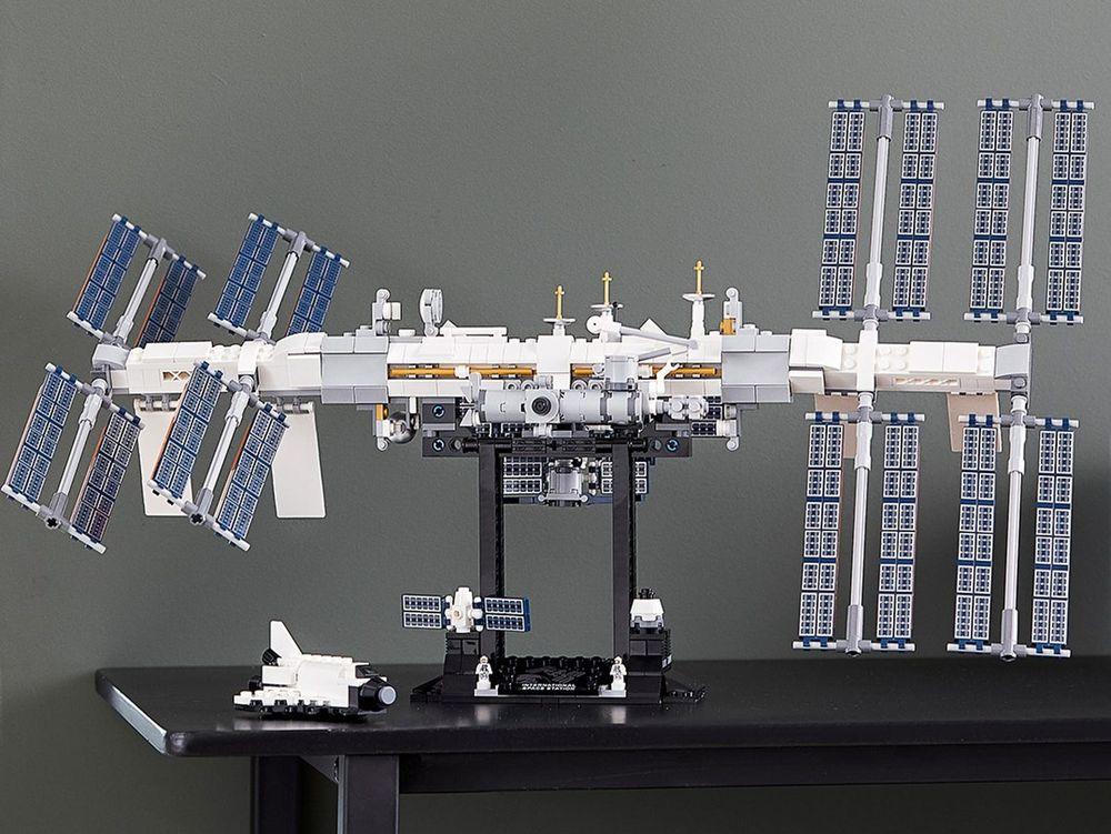 Мини-МКС от Lego поставляетсяв комплекте с различными приспособлениями и деталями, которые астронавты на МКС используют каждый день