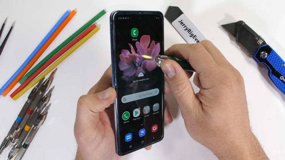 Экран смартфона также не выдержал теста огнем