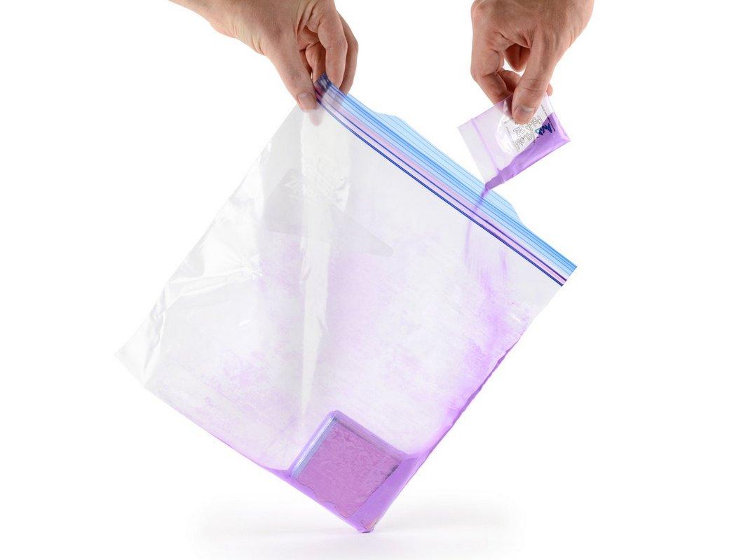 В ходе тестирования смартфон поместили в герметичный пакет с цветным порошком, имитирующим пыль