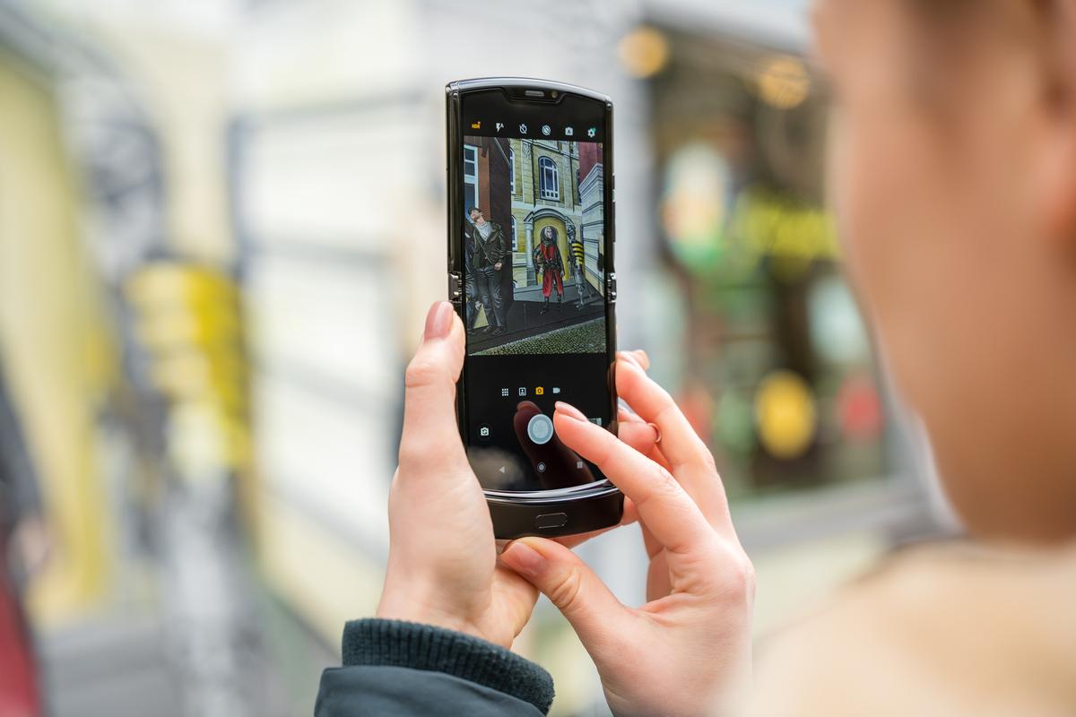 6.2-дюймовый сенсорный OLED-дисплей позволяет наслаждаться всеми преимуществами смартфона в компактном форм-факторе