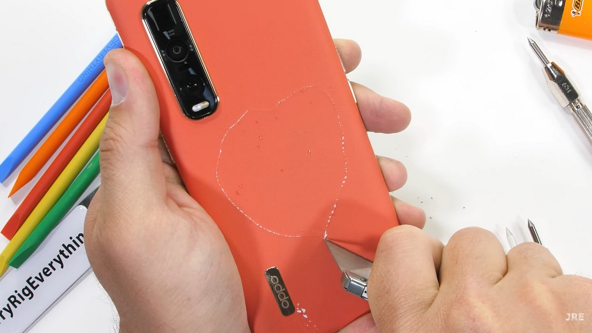 Натест кблогеру попалOPPO Find X2 Pro в оранжевом цвете с задней крышкой изискусственной кожи