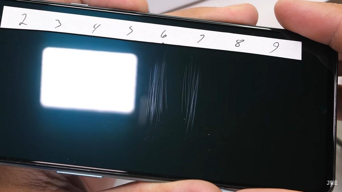 На экран смартфона «из коробки» наклеена защитная пленка