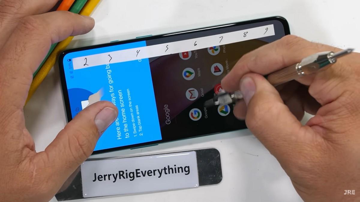 Закаленное стекло2,5D Gorilla Glass царапается так же, как и аналогичное Gorilla Glass5 в других смартфонах — с мелкими следами на уровне 6 и более глубокими начиная с 7