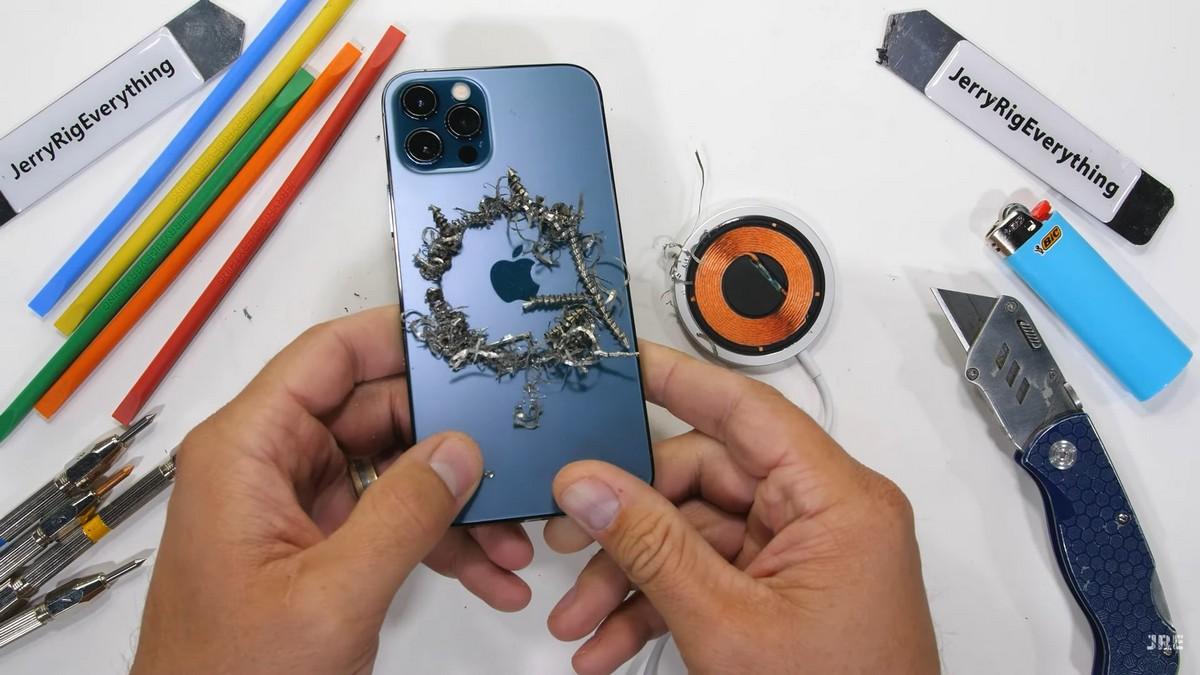 Зак продемонстрировал возможности магнитовiPhone 12 Pro, которые используются для беспроводной зарядкиMagSafe