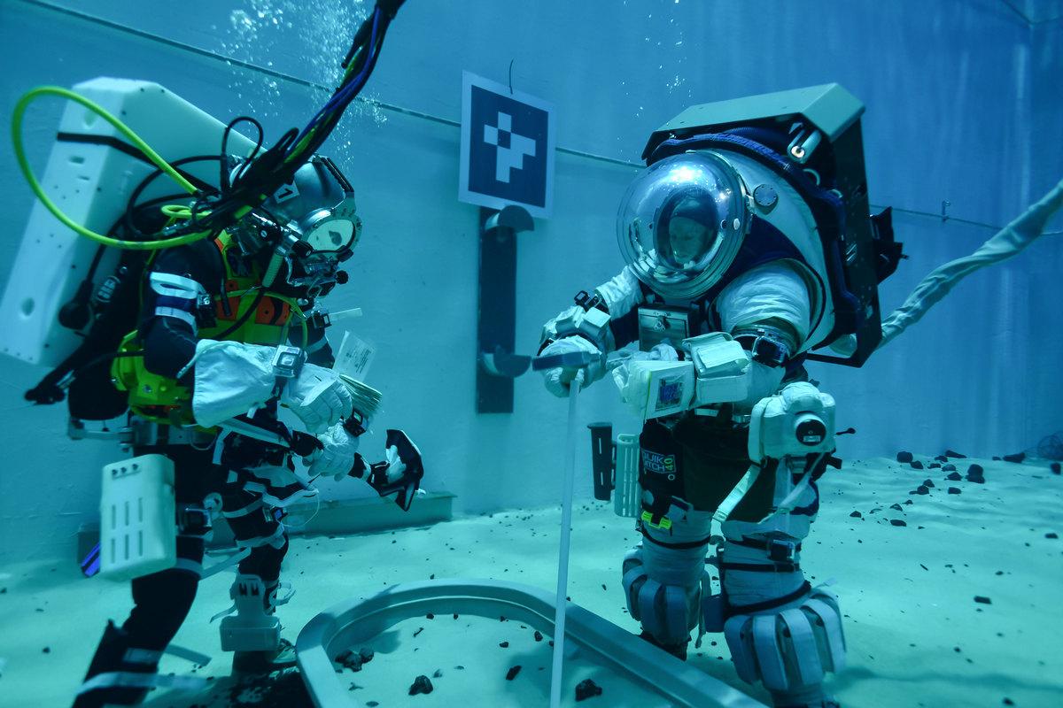 Испытания новых скафандров проводили будущие астронавты Дрю Фойстел и Дон Петтитв космическом центре Джонсона