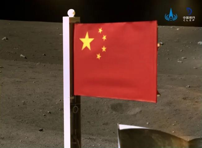 Китайский лунный модуль «Чанъэ-5» установил на поверхности Луны флаг Китая. «Чанъэ-5» прилунился 1 декабря; основная цель миссии — сбор лунного грунта и его доставка на Землю. 4 декабря 2020 года CNSA / Xinhua / Sipa / Scanpix / LETA