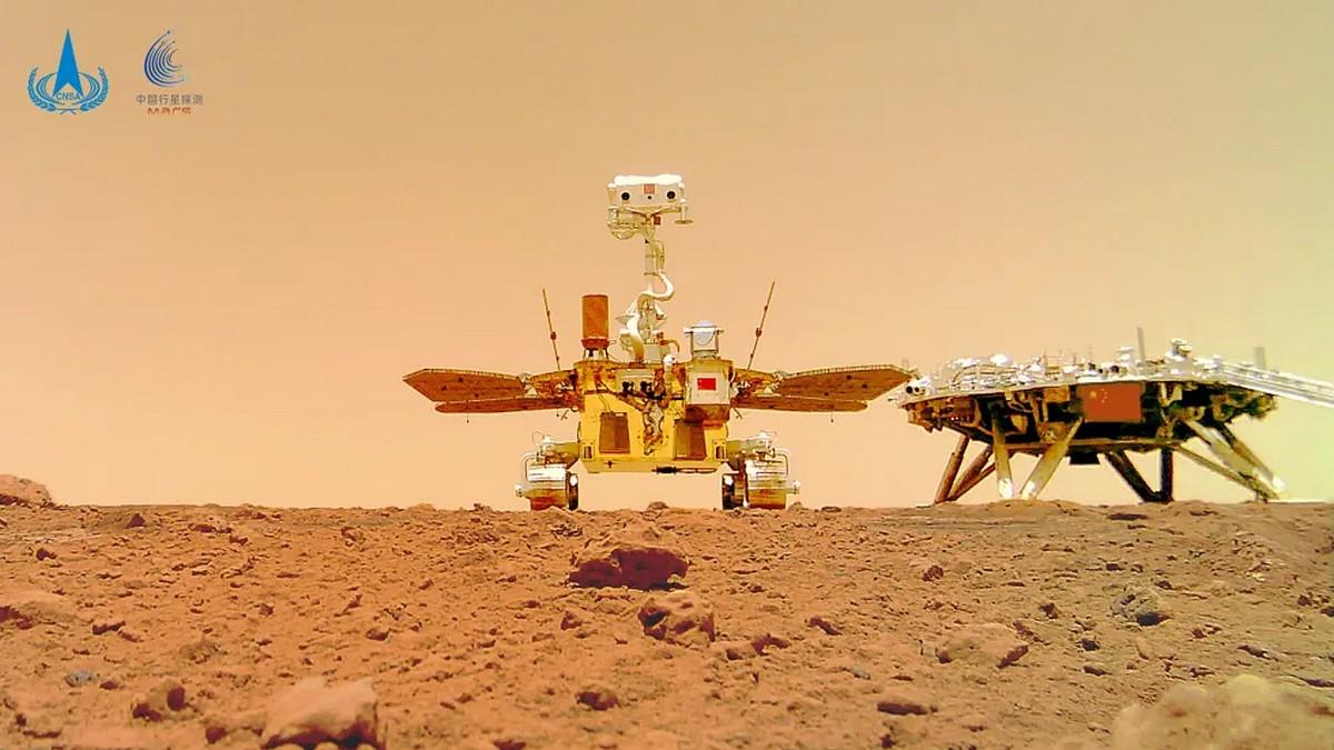 Китайский марсоход «Чжужун» прислал первое селфи с Марса